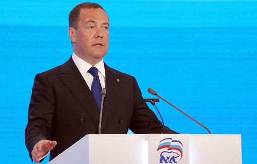 Медведев указал наувеличение военного присутствия уграниц России