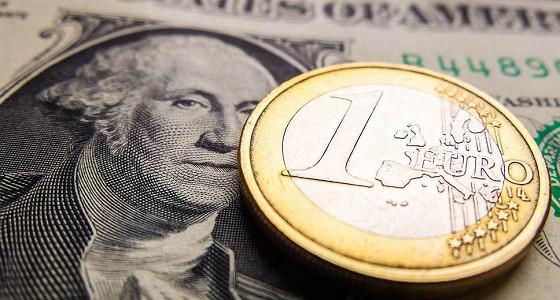 Доллар и евро укрепились к рублю