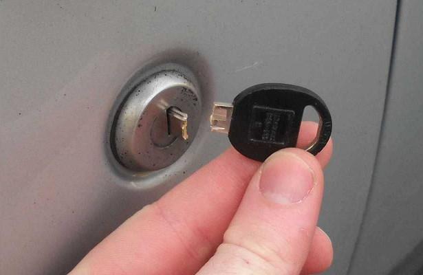 Сломался ключ взамке двери авто— решение проблемы