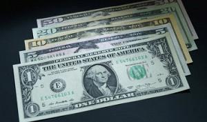 Доллар снижается к мировым валютам на неопределенности по ставке ФРС