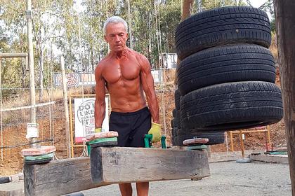 Пожилой мужчина до67летсохранил накачанные мускулы иподелился своим секретом