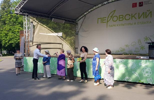 Танцевальный фестиваль дляпенсионеров устроили вПеровском парке