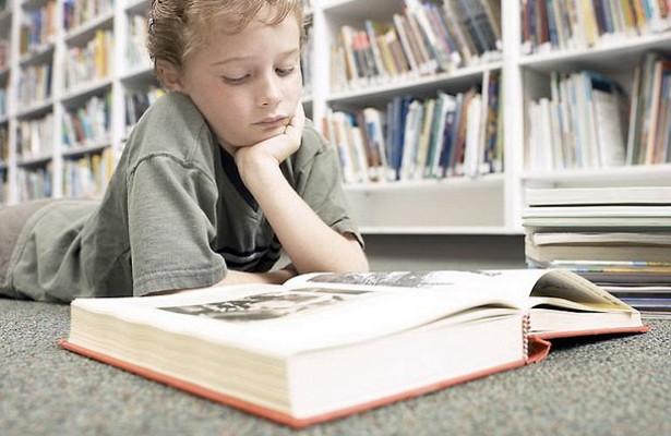 «Приучать ребенка кчтению сегодня— этопримерно какразводить костер поддождем иприсильном ветре»: литературный критик написала…
