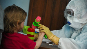 Врач назвал срок распространения COVID заболевшими детьми