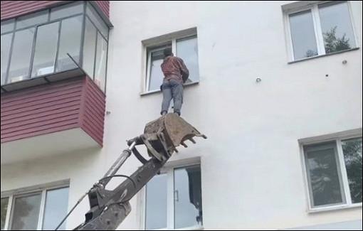 ВБашкирии мужчина наэкскаваторе спас кота, застрявшего вокне