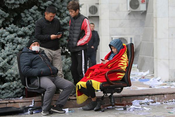ИзКиргизии запретили выводить деньги