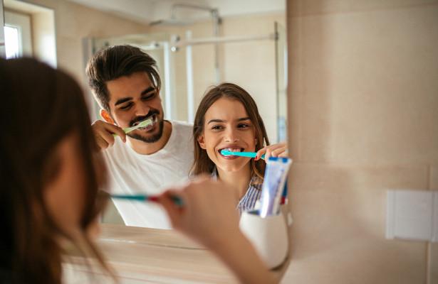 Стоматолог объяснил, почему нельзя чистить зубы после еды