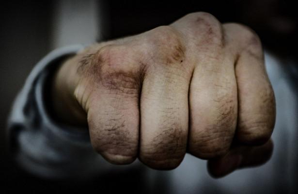 Омич на«Приоре» прижал большегруз иизбил вышедшего кнему пожилого водителя