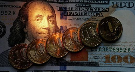 Рубль приближается к максимумам года