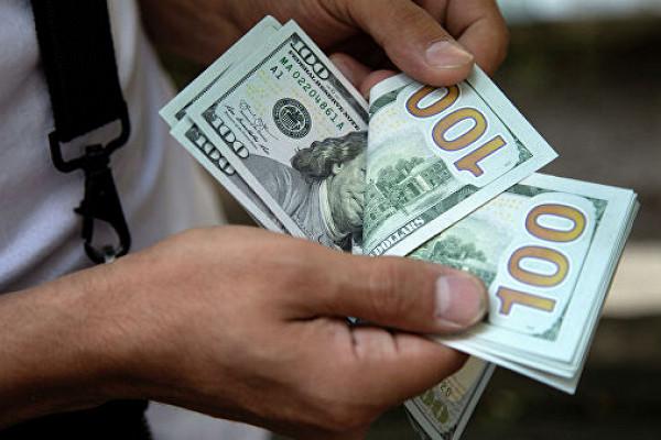 Банки почти вдвое нарастили ввоз долларов вРоссию