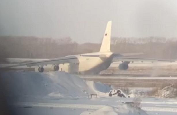 Ан-124ваэропорту Толмачево выкатился запределы взлетной полосы