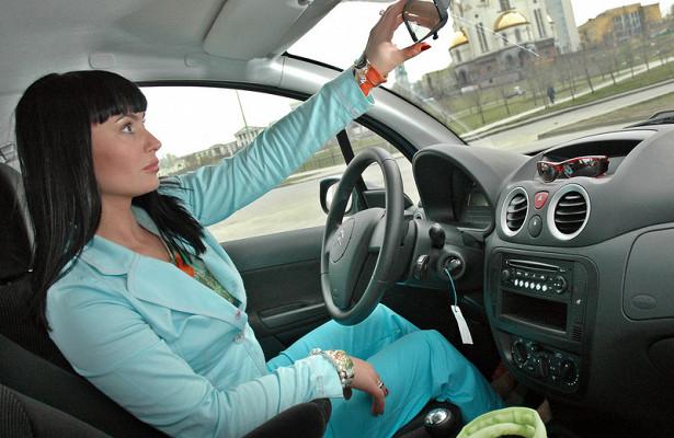 Эксперты объяснили, почему женщины водят машину лучше мужчин