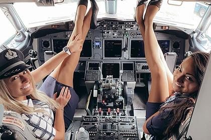 Стюардессы вмини устроили фотосессию вкабине пилота