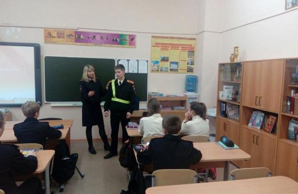 Полицейские провели сошкольниками профилактическую беседу особлюдении правил дорожного движения