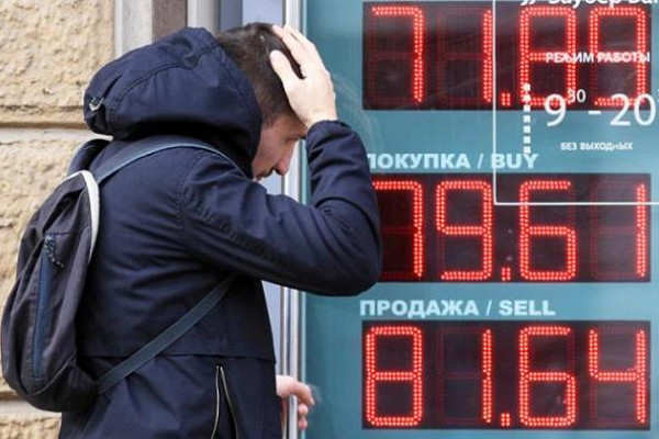 Рубль упал рекордно за месяц после твита Трампа о положительном тесте на Сovid