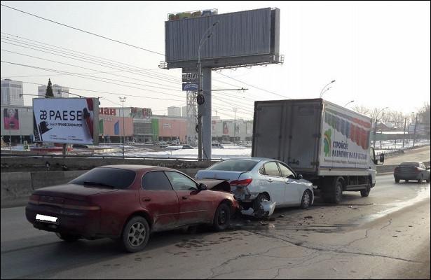Неуспевшая затормозить «Тойота» собрала аварию сдвумя машинами возле «МЕГИ»