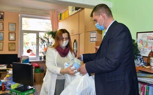 Балашихинский депутат передал запас одноразовых масок детскому саду №25