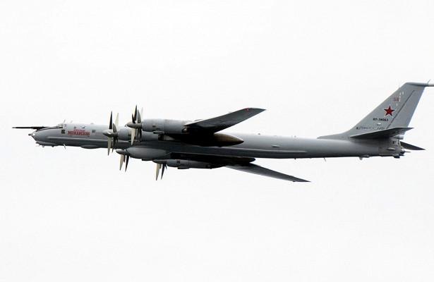 Военный Ту-142селподВологдой сотказавшим двигателем