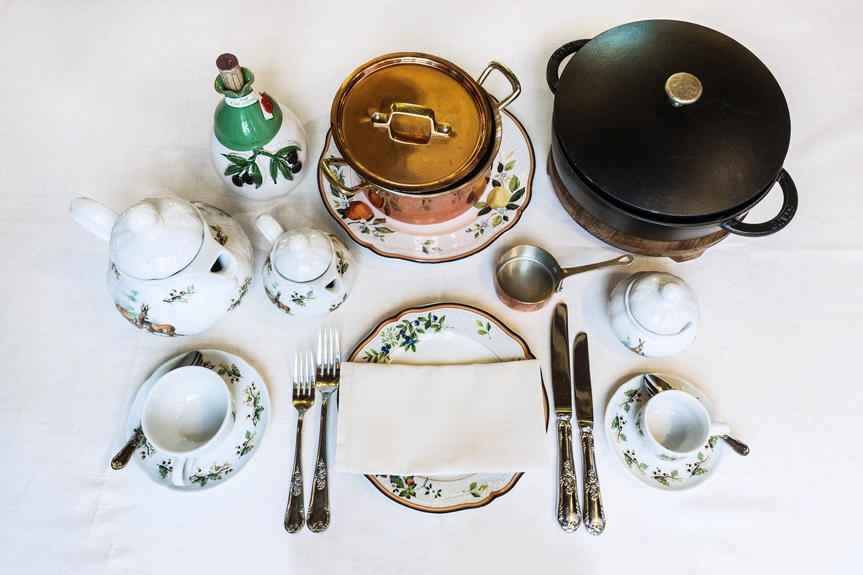 Чайный сервиз (чашки, чайник, сахарница, молочник), сервиз с натюрмортами (тарелка), котелок и сотейник