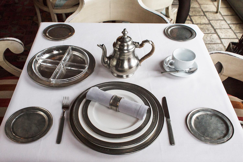 Столовые тарелки (посередине), блюдо для винных сетов (слева вверху), чайник