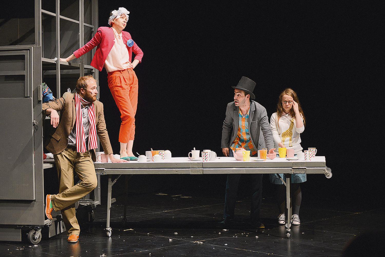 В спектакле «Алиса и государство» в Центре им. Мейерхольда здоровый серый параллелепипед на колесиках и с дверью бесцельно перемещается по пустой сцене влево-вправо, в какой-то момент превращаясь в трибуну. А потом еще из него выезжает столик