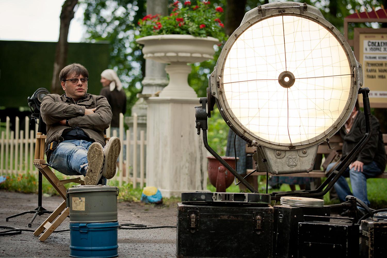 Режиссер «Оттепели» Валерий Тодоровский (слева) со старым осветительным прибором, который тоже в некотором роде один из героев сериала
