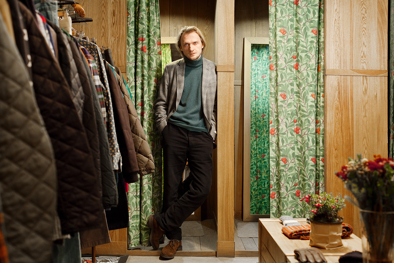 У Андрея Ковалева из UK Style, как у барона Врангеля, все английское: свитер YMC (6800 р.), пиджак Richard James (32200 р.), брюки Hackett (8600 р.), ботинки Tricker's (16800 р.)