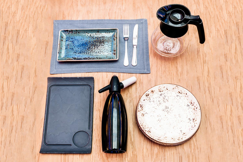 Тарелки Steelite (прямоугольная и круглая), кофейник, стальной сифон, базальтовая доска