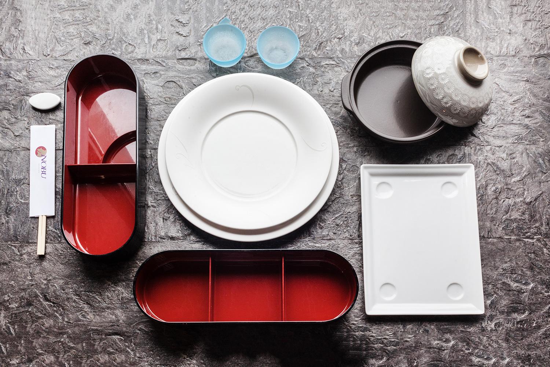 Бэнто-боксы (слева и внизу), тарелки из фарфора (в центре), тарелки для подачи блюд со льдом (вверху), углубленная тарелка тобан (справа вверху), тарелка для подачи фирменного блюда (справа внизу)