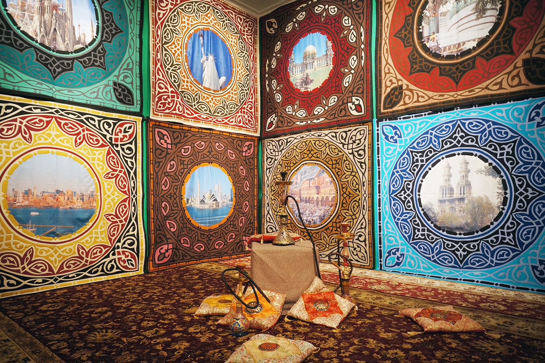 Исламский проект группы АЕС+Ф позднее трансформировался чуть ли не в тотальную инсталляцию с коврами и декоративными подушками