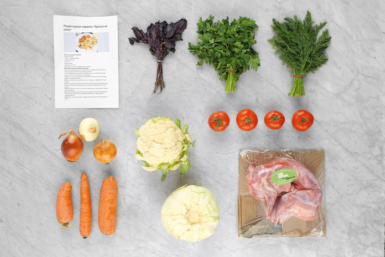 Вид ингредиентов, как и упаковка, оказался не слишком привлекательным: помидоры оказались подмороженными, базилик — полумертвым; но кролик был неплох
