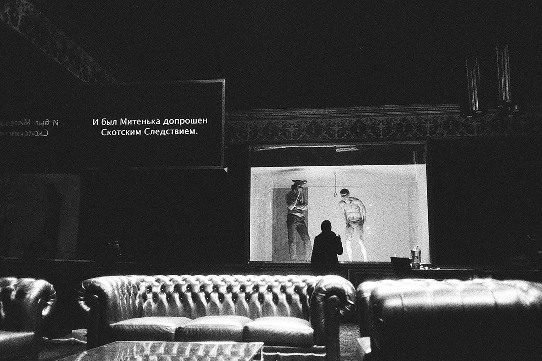 В спектакле звучат Моцарт, Queen, Ник Кейв, Александр Серов, Чайковский, «Этот мир придуман не нами» в исполнении хора Сретенского монастыря и прочие
