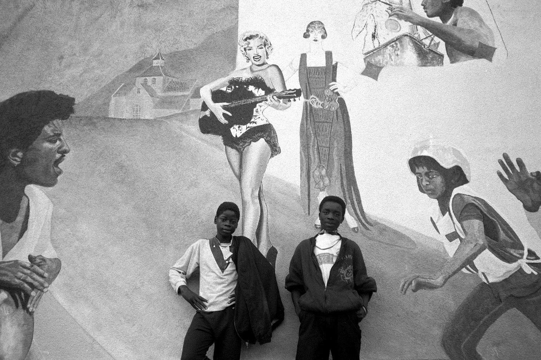 Поколения, которые родились или выросли во Франции, уже не хотели работать на заводах. Мальчишки в пригороде Парижа Оне-су-Буа, 1984 год