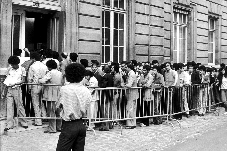 Миграционный режим во Франции в XX веке то смягчался, то ужесточался. На фотографии: очередь из нелегальных мигрантов у полицейского участка в 1981 году, когда был принят закон, дающий им вид на жительство и право на законное трудоустройство