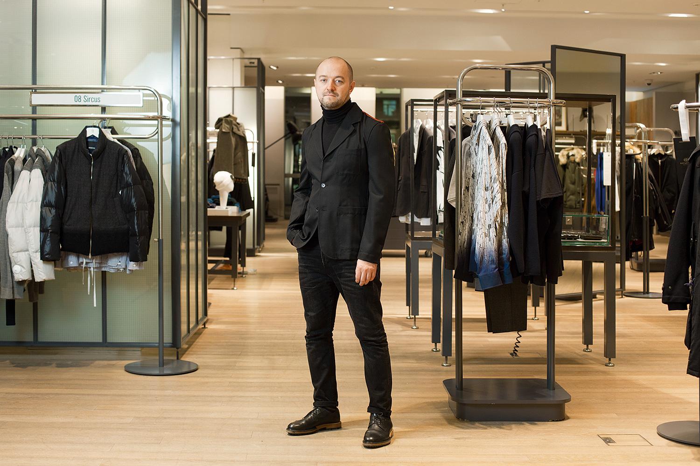 Александр Бичин, директор по закупкам универмага «Цветной», невольно соответствует структуре универмага: пиджак Comme des Garçons (28650 р.) продается на 4-м этаже, джинсы All Saints (5315 р.) — внизу, на 3-м