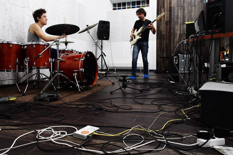Корней Кретов работает в загородной студии Xuman Records; теперь лейбл построил под вторую студию еще один дом, в котором гораздо больше места