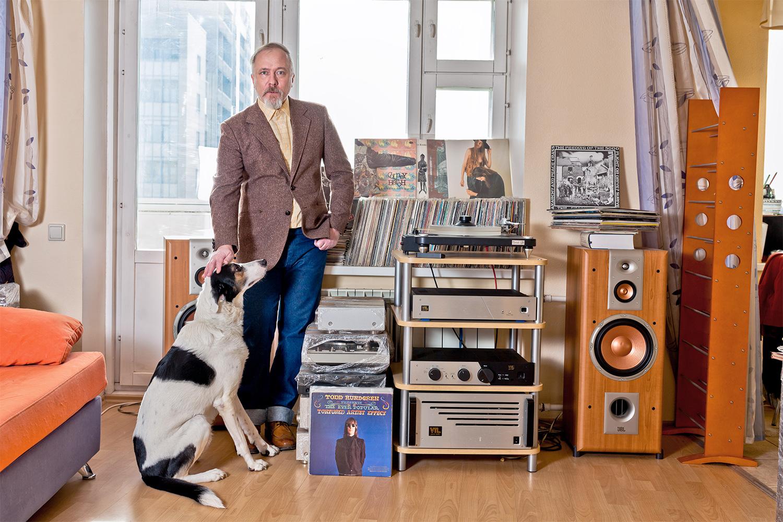 Валерий Постернак, его коллекция, его стереосистема и его собака