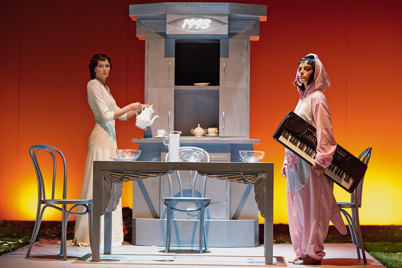 Пять шкафов в разных стилях в спектакле «Камень» обозначают, что действие происходит в пяти разных эпохах, разница между которыми — 5–10 лет