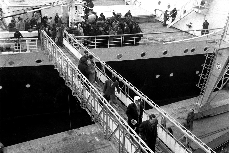 Первые поколения мигрантов прибывали из сельской местности и работали в сфере услуг. Корабль в бухте Марселя, 1955 год