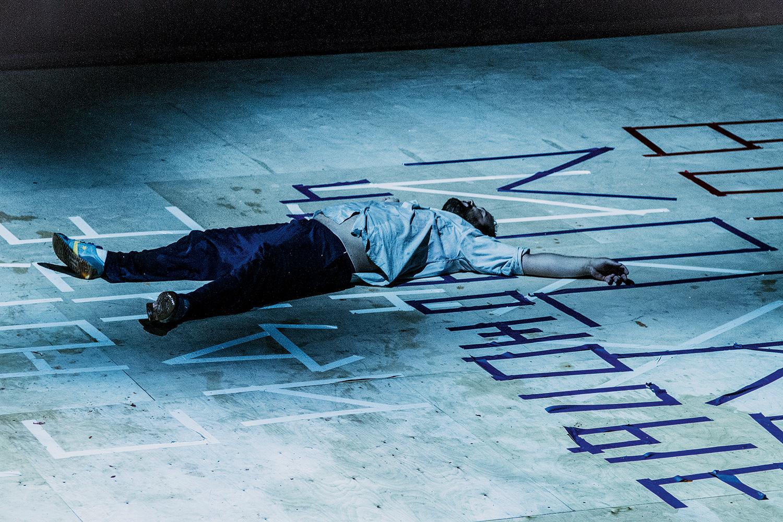 Спектакль «Страх» Владислава Наставшева практически лишен ненормативной лексики — зато крепкое выражение написано громадными буквами цветным скотчем прямо на полу сцены