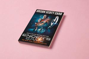 Роман Орсона Скотта Карда получил в середине 80-х обе главные премии в области научной фантастики — Nebula и Hugo
