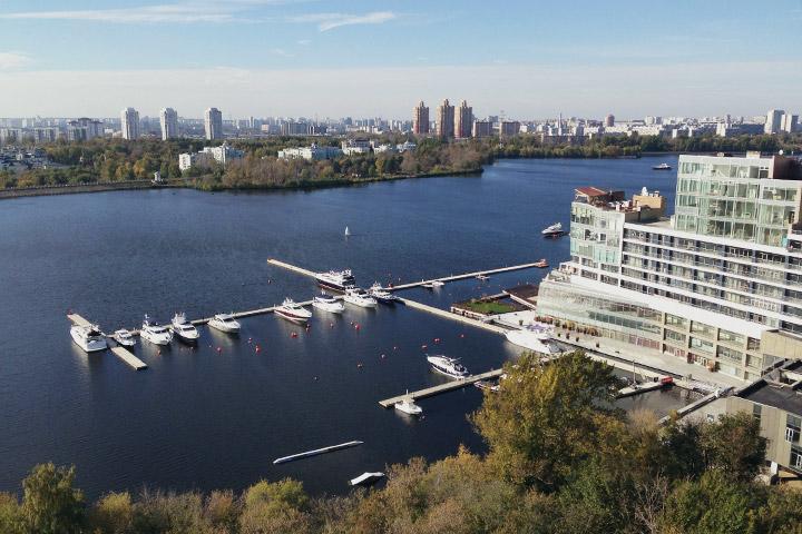 В 2007 году по соседству с «Лебедем» построили выходящий к воде жилой комлекс «Город яхт»
