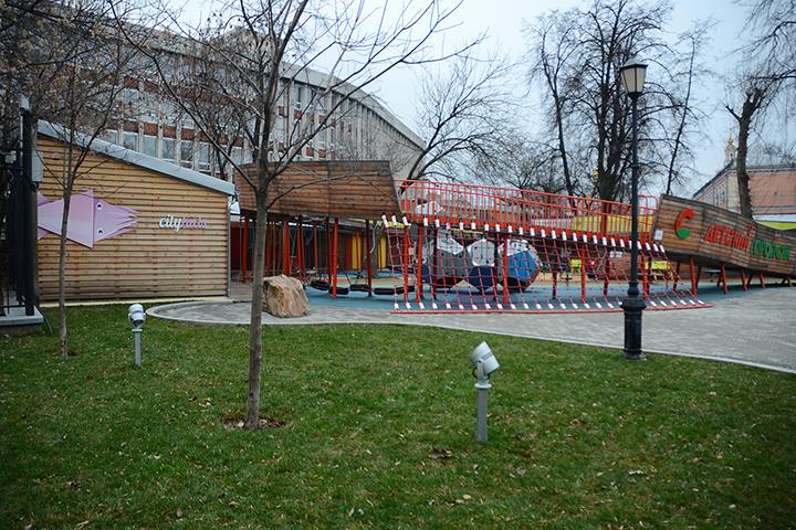 Помещение CityKids располагается за детской площадкой от бюро Wowhouse