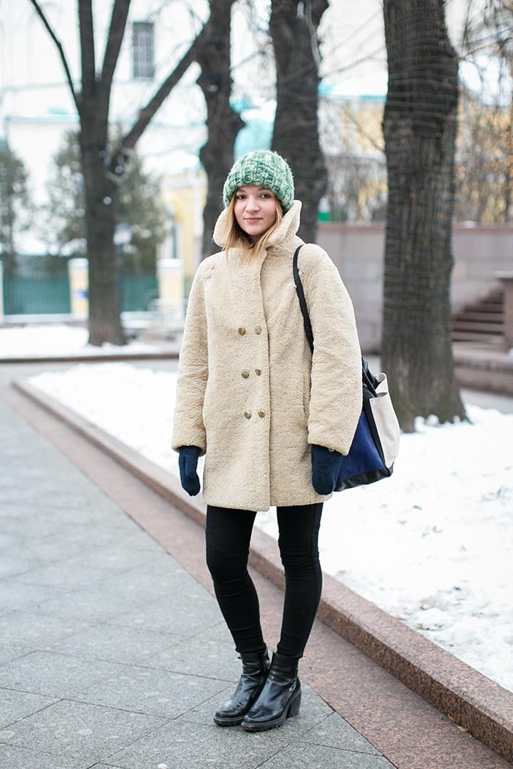 Шерстяная шапка из секонд-хенда, винтажная шуба, джинсы Acne, обувь Opening Ceremony, сумка See by Chloe и варежки Hestra Basic