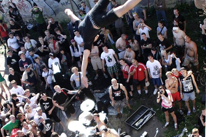 Хардкор-группы часто выступают в самых (в хорошем смысле) не приспособленных для концертов в местах