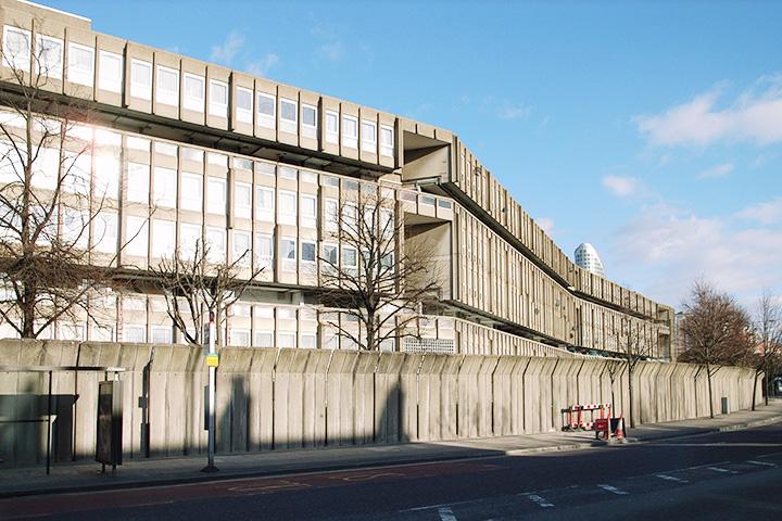 Нынешние владельцы лондонского микрорайона Робин-Гуд-Гарденс (1972) авторства Элисон и Питера Смитсонов хотят его снести
