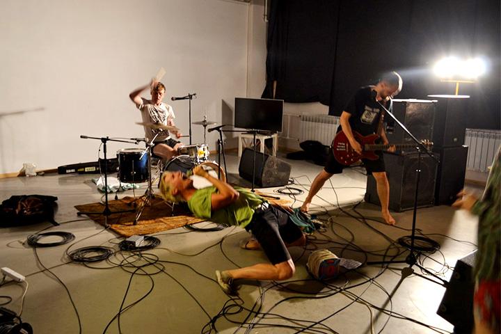 Хоть «Алмазное бикини» и играют серф, одна эта фотография показывает, что к хардкору они тоже имеют отношение
