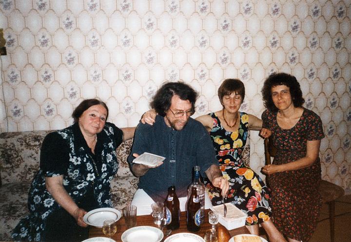 Марк Пекарский дома у композитора Елены Фирсовой с женой Ольгой и певицей Лидией Давыдовой, начало 1990-х