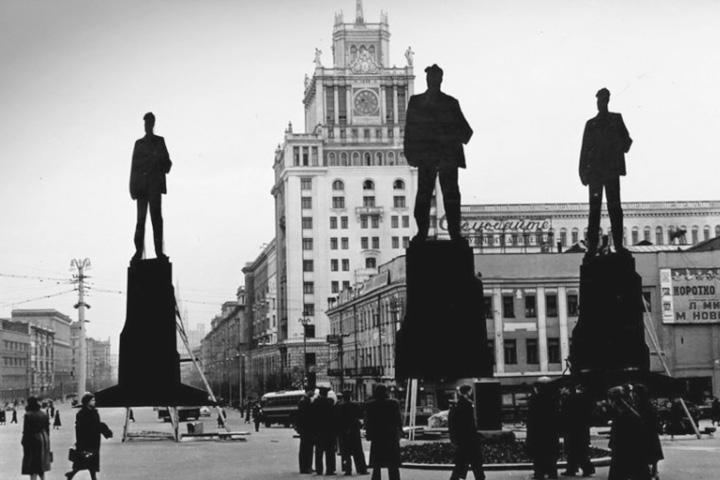 Место для памятника Маяковскому выбирали долго – даже установили для этого временные макеты