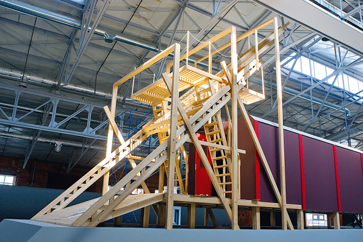 Инсталляция Ильи и Эмилии Кабаковых «Красный вагон» была частью огромной тотальной инсталляции «Альтернативная история искусства», которая в сентябре 2008 года открывала Центр современной культуры «Гараж»